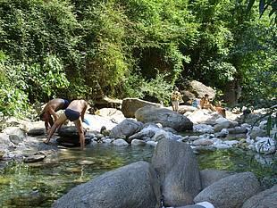Zwischendurch kann man im Fluß Serra baden