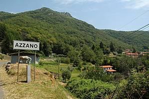 Azzano: von Kastanienwald und Wiesen umgeben