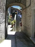 Ein Tordurchgang im Dorf