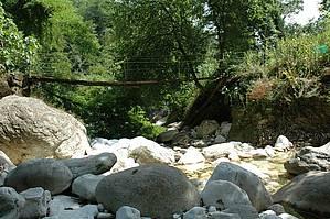 Eine Hängebrücke über den Fluss Serra