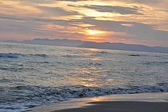 Wanderung am Meer bei Sonnenuntergang