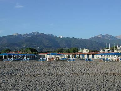 Im Hintergrund das Massiv des Monte Altissimos