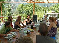 Painters and sculptors meet at lunch at the Campo