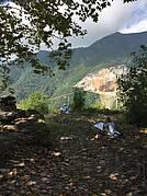 Steinbruch im Hintergrund