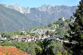 Das Dorf Fabiano vor dem Monte Altissimo