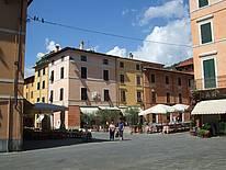 Eine typische Piazza im Sommer in der Toskana