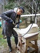 Frieda Waanders uit Nederland met een Cuturi-hamer