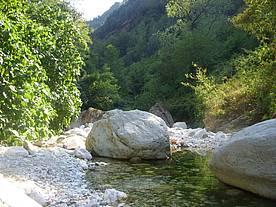 Ontspannen aan de rivier tijdens de middagspauze