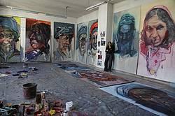 Die Malerin Inge Schmidt in ihrem Malatelier