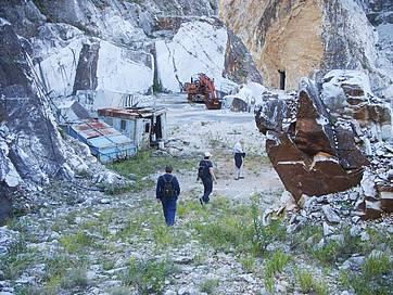 Auf dem Weg liegen verlassene Marmorsteinbrüche
