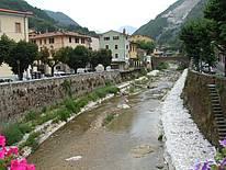 Blick auf den Fluß in Seravezza