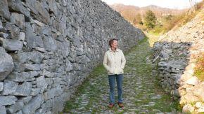 Von Azzano mit dem Rad ins Tal, vorbei an Zyklopenmauern